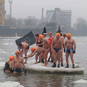 Dla dzieciaków wskoczyli do lodowatej wody