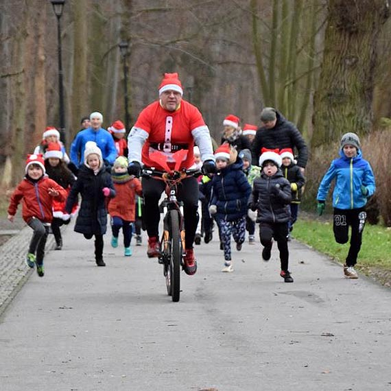 Wysyp biegających Mikołajów na parkrunie