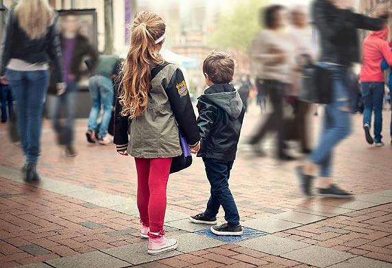 Bezpieczne dziecko w zatłoczonej galerii handlowej - 3 zasady, które musi znać dziecko, gdy się zgubi