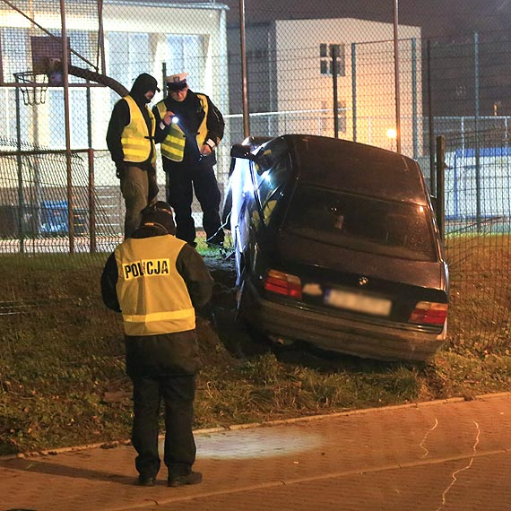 Kierowca bmw potrącił młodą kobietę i wjechał w ogrodzenie obiektu sportowego