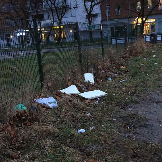 Dzikie wysypisko śmieci koło kolejki UBB