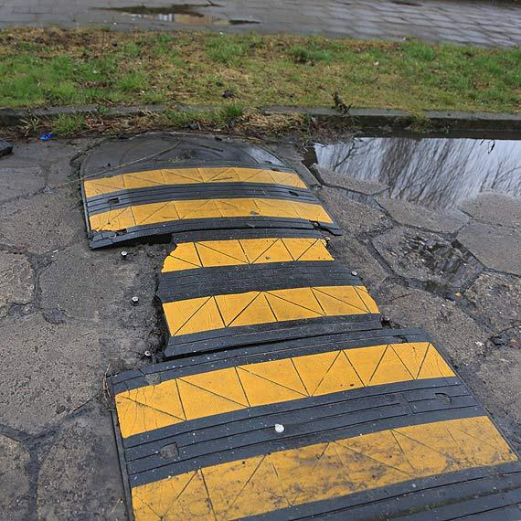 Uwaga na uszkodzony próg zwalniający przed szkołą na Witosa!