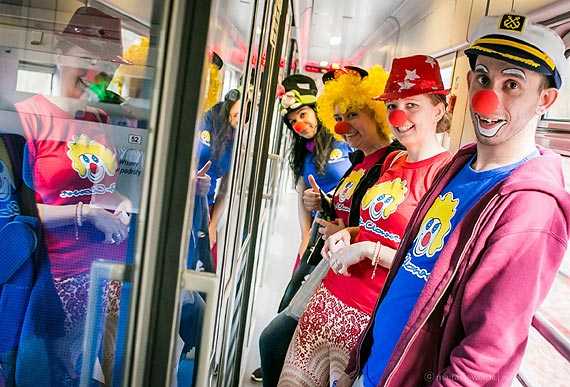 """Pociąg do uśmiechu – Fundacja """"Dr Clown"""" w pociągach PKP Intercity pokazuje, że uśmiech leczy"""