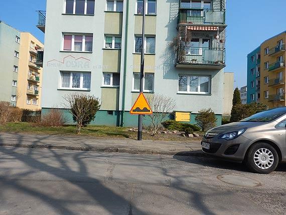 Czytelnik zauważył nowy sposób umieszczania znaków drogowych