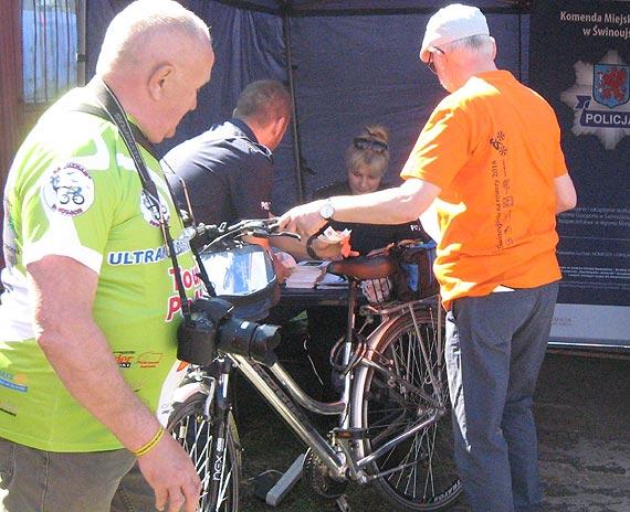 """Na rowerowej """"Masie krytycznej"""" policjanci promowali ideę akcji """"Jednośladem bezpiecznie do celu"""""""