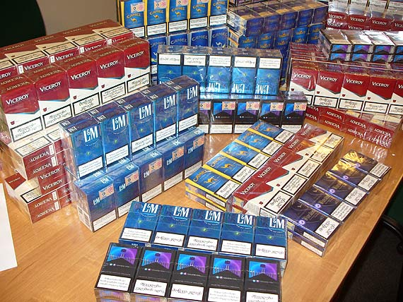 Walizka pełna nielegalnych papierosów