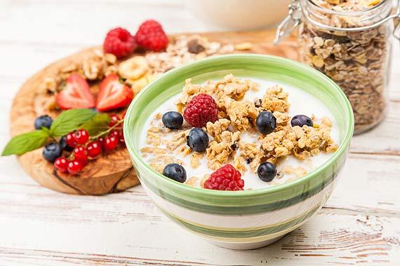 Domowa granola z mlekiem waniliowym