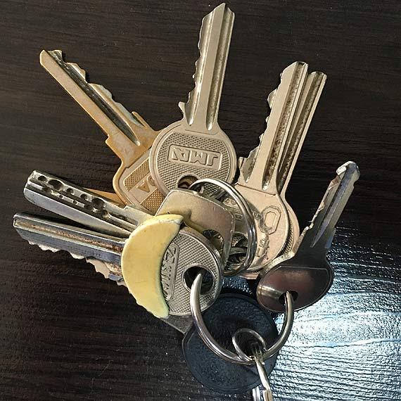 Znaleziono klucze z charakterystycznym brelokiem przy ulicy Bohaterów Września