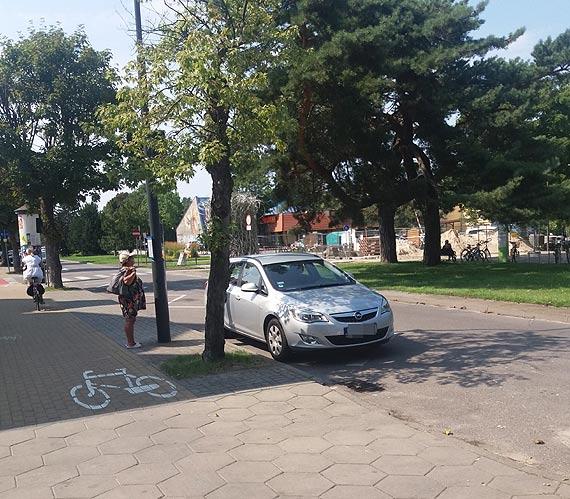 Przyjechał, nie pomyślał, zaparkował - turysta z Bolesławca postawił auto na przystanku
