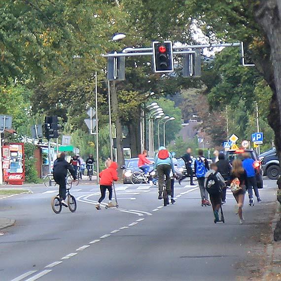 Czytelnik: Anarchia czy wspaniały manifest młodości? Grupy młodzieży biegają i jeżdżą po środku ulicy