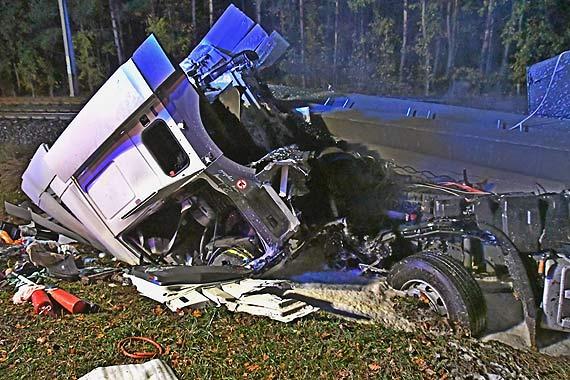 """Śmiertelny wypadek na """"trójce"""" - czołówka samochodu osobowego z tirem. Zobacz film!"""
