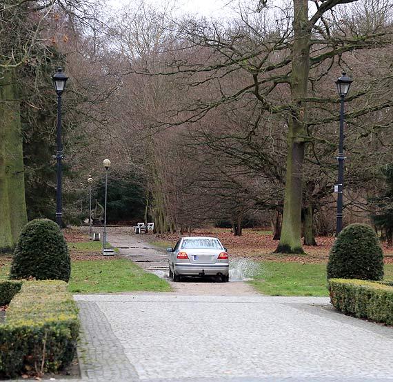 Kierowca volvo urządził sobie rajd przez środek Parku Zdrojowego! Czyżby przed czymś uciekał?