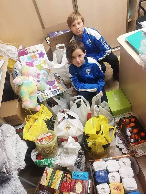 Młodzi zawodnicy z Morskiego Klubu Sportowego FLOTA z darami dla przedszkola nr 5 BAJKA