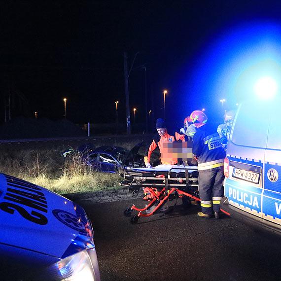 Zmasakrowane BMW. Kierowca chciał uniknąć zderzenia z dzikiem. Trzech mężczyzn nie dojechało na nocną zmianę do portu. Zobacz film!