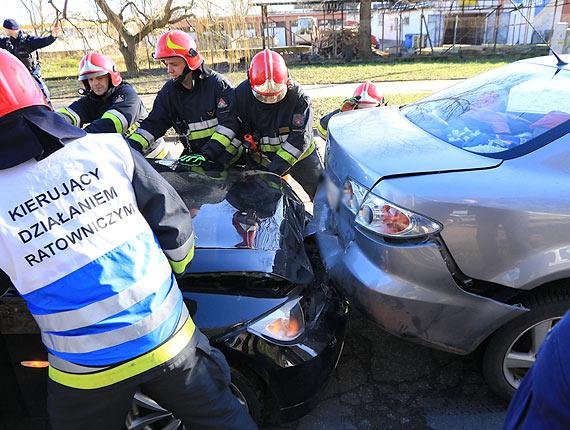 Po zderzeniu dwa samochody sczepiły się ze sobą. Do akcji wkroczyli strażacy
