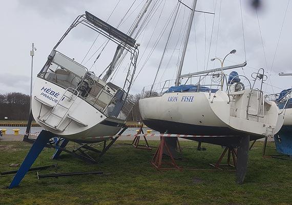 Porywisty wiatr poprzewracał jachty w świnoujskiej marinie