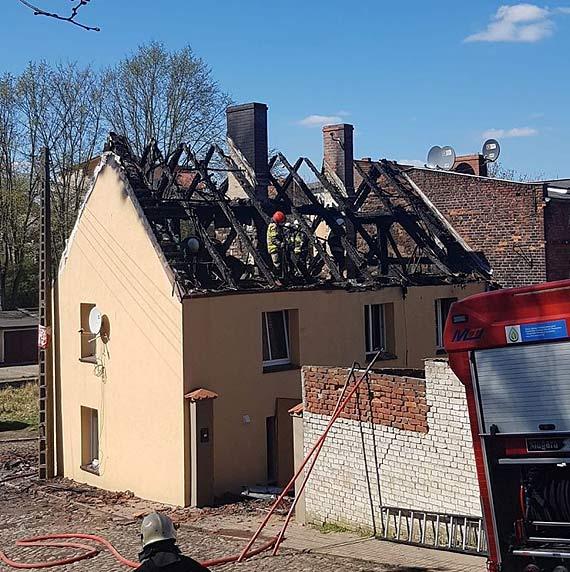 Z płonącego budynku policjanci uratowali siedem osób