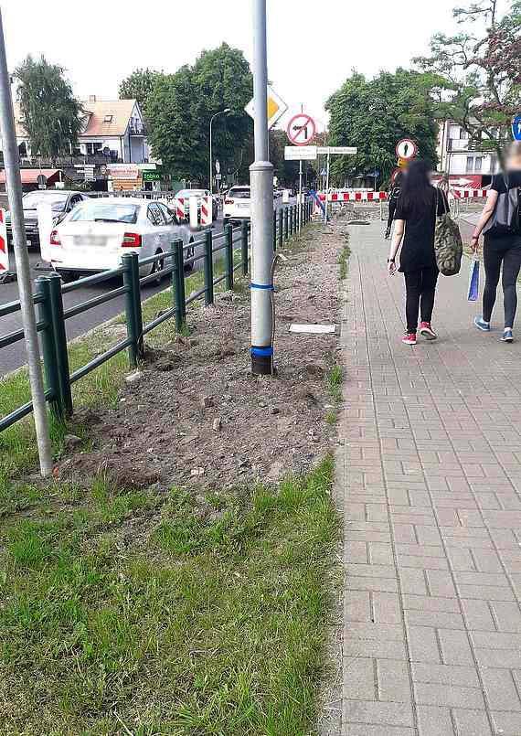 Podczas remontu drogi zasypali pas zieleni
