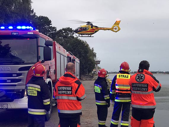 Jedna osoba wyszła z zatopionego samochodu. Dwie są nadal poszukiwane