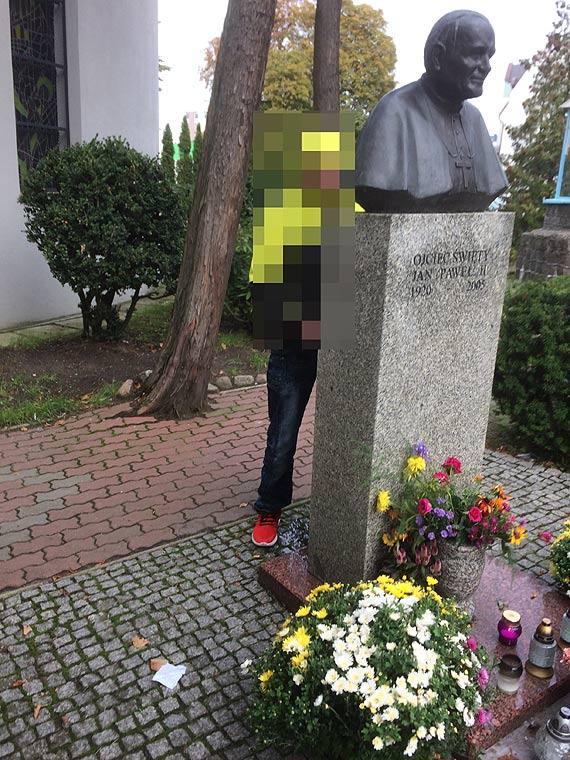 Oburzony Czytelnik: Ktoś sika za pomnikiem naszego papieża! To skandal!