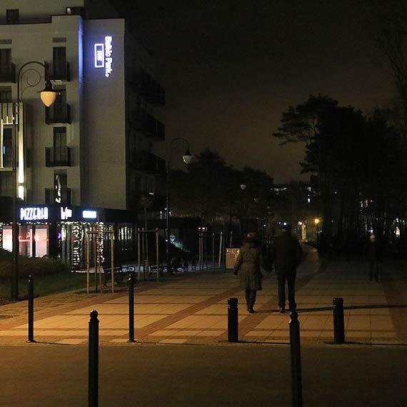 Czytelnik: Co się dzieje, że oddana w sezonie część promenady wciąż jest bez oświetlenia?