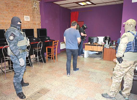 Nielegalny salon gier komputerowych zamiast kwiaciarni w Dębnie