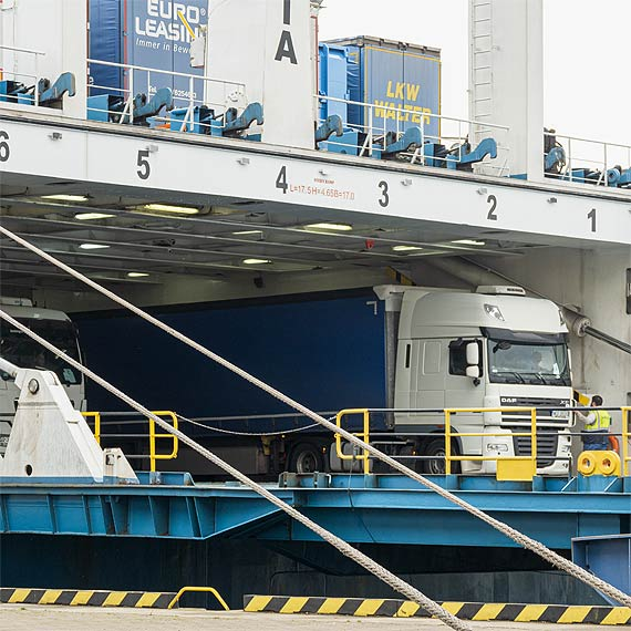 Roboty na Terminalu Promowym w Świnoujściu na półmetku, czas na sprzęt