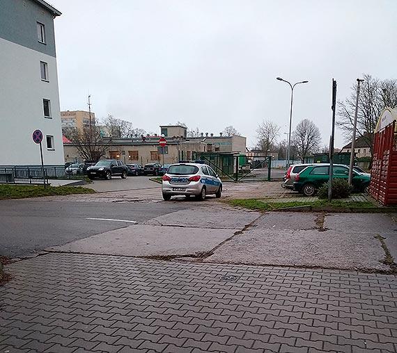Policyjny radiowóz parkował prawidłowo - wyjaśnia sierżant Kamil Zwierzchowski