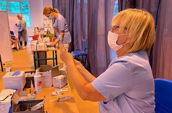 Medycy ze szpitala szczepili młodzież ze szkół