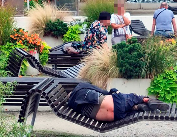Turysta - Po człowieku leżącym w centrum miasta chodziły muchy, robaki i komary...